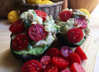 alvocats farcits amb verdures, tonyina i salsa iogurt